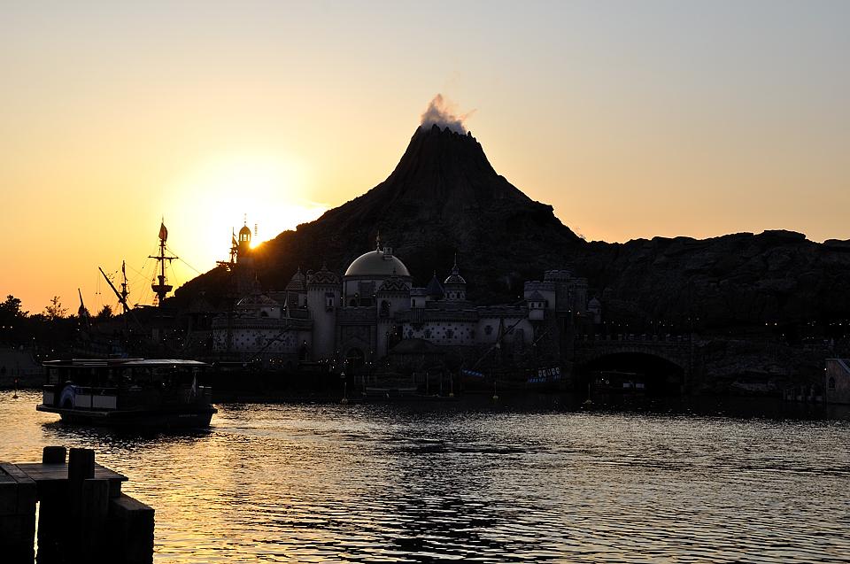 プロメテウス火山に落ちる夕日