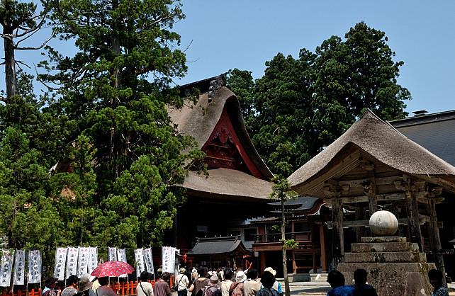 登りきった所にある、左は羽黒山三神合祭殿、右は鐘楼