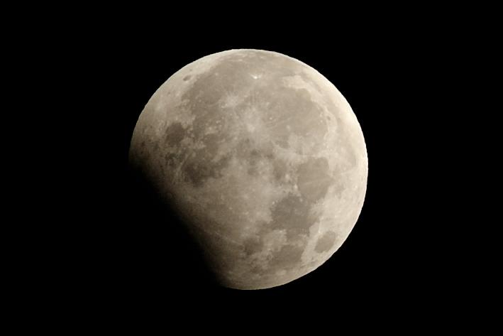 月食中の月