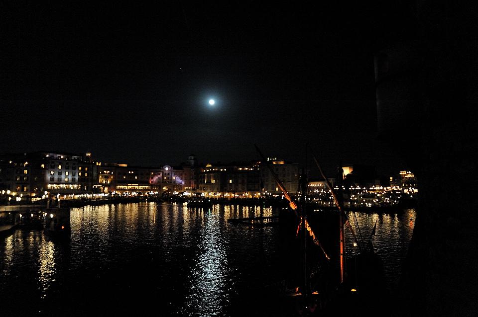 月の光が煌めくメディテレーニアンハーバー