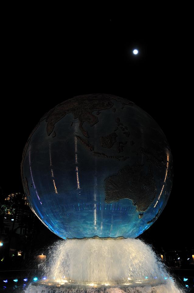 噴水に浮かぶ地球儀