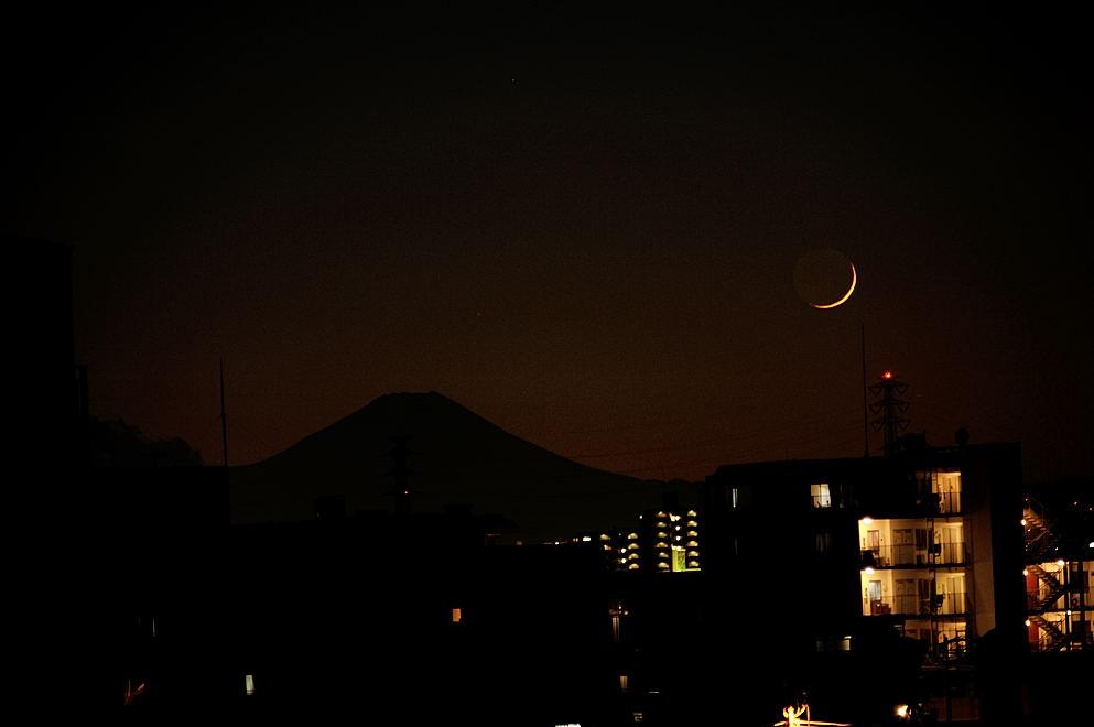 富士山と月齢1.5の月