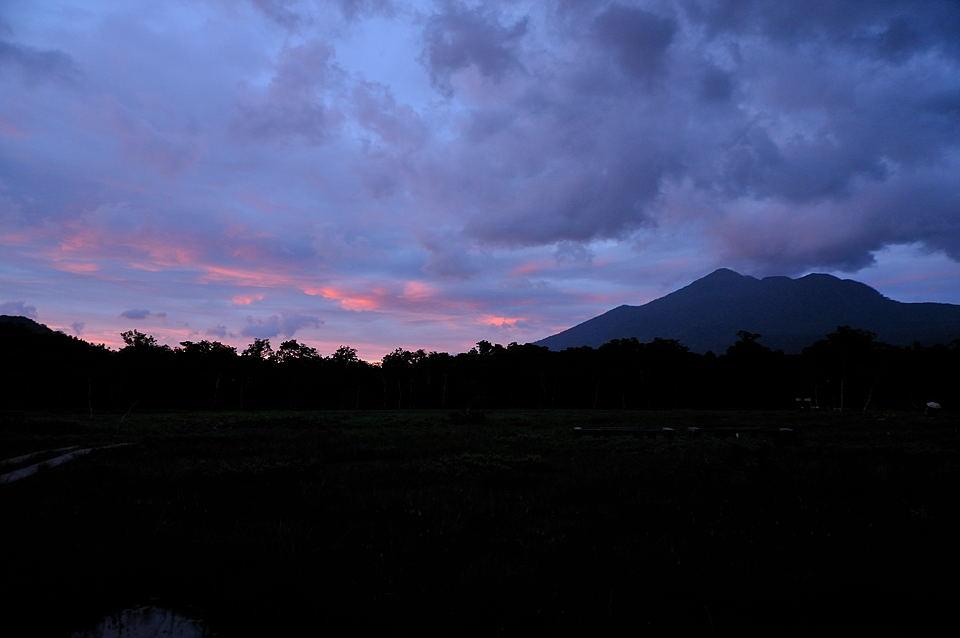 会津駒ヶ岳の方向から夕焼けが始まりました