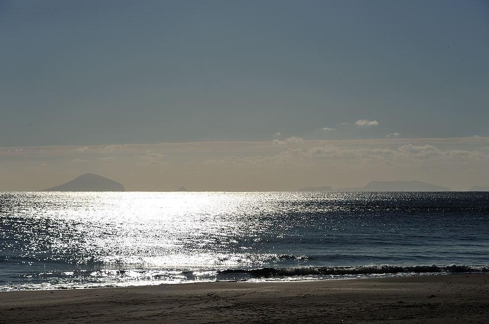 陽に光る初冬の海