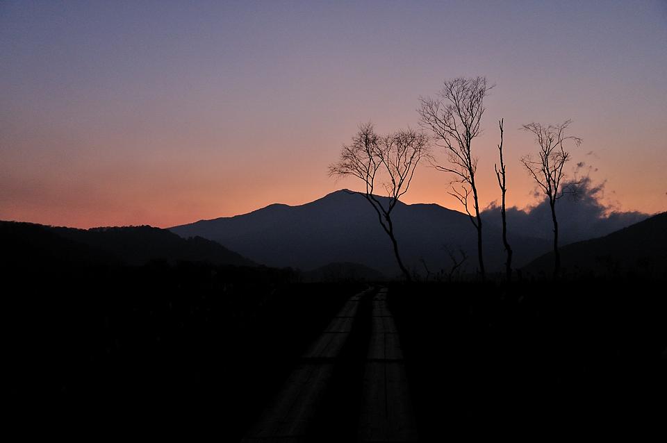 夕焼けに浮かぶ至仏山