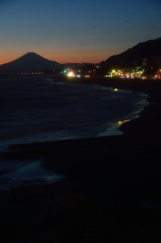 富士山と黄昏時の空を写す砂浜