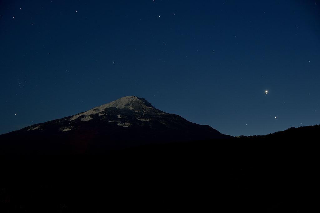 十三夜の月に浮かぶ鳥海山