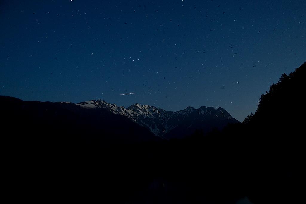 【20:57】穂高連峰上空、岳沢ヒュッテの灯が見えています