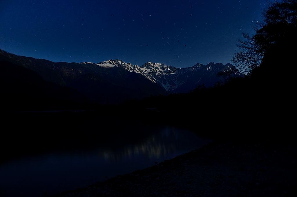 【21:22】月明かりに照らされた穂高の山々が大正池に映り込んでいます