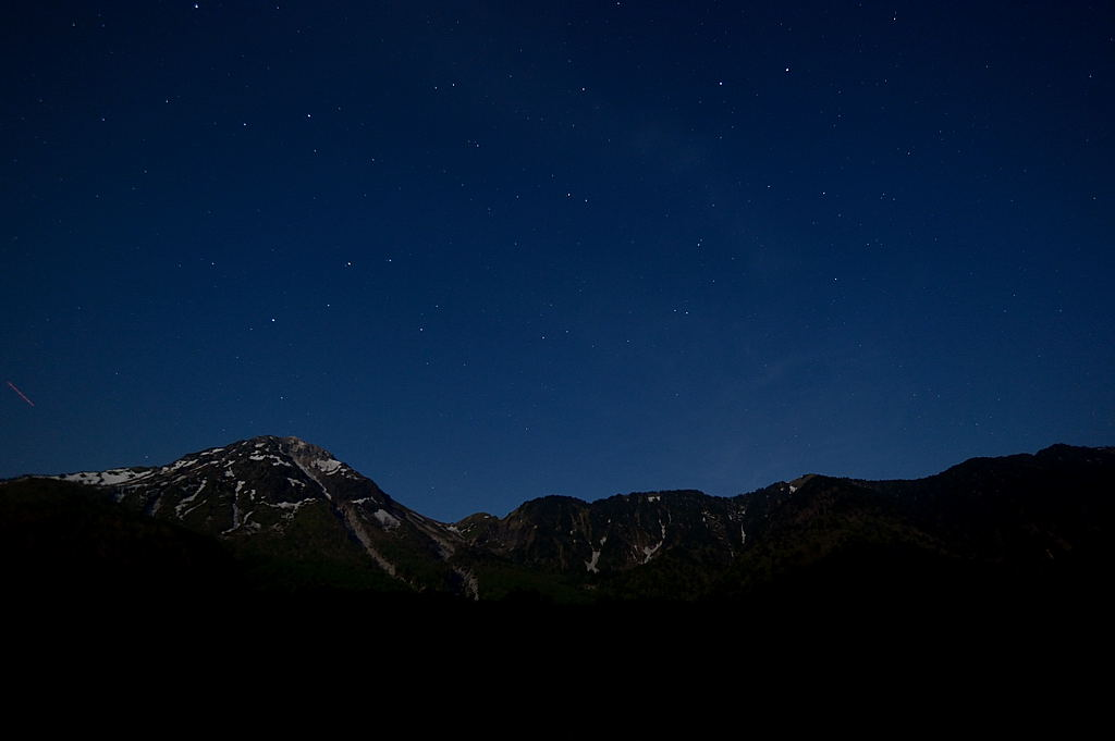 【21:47】月齢16の月が、焼岳を照らしています