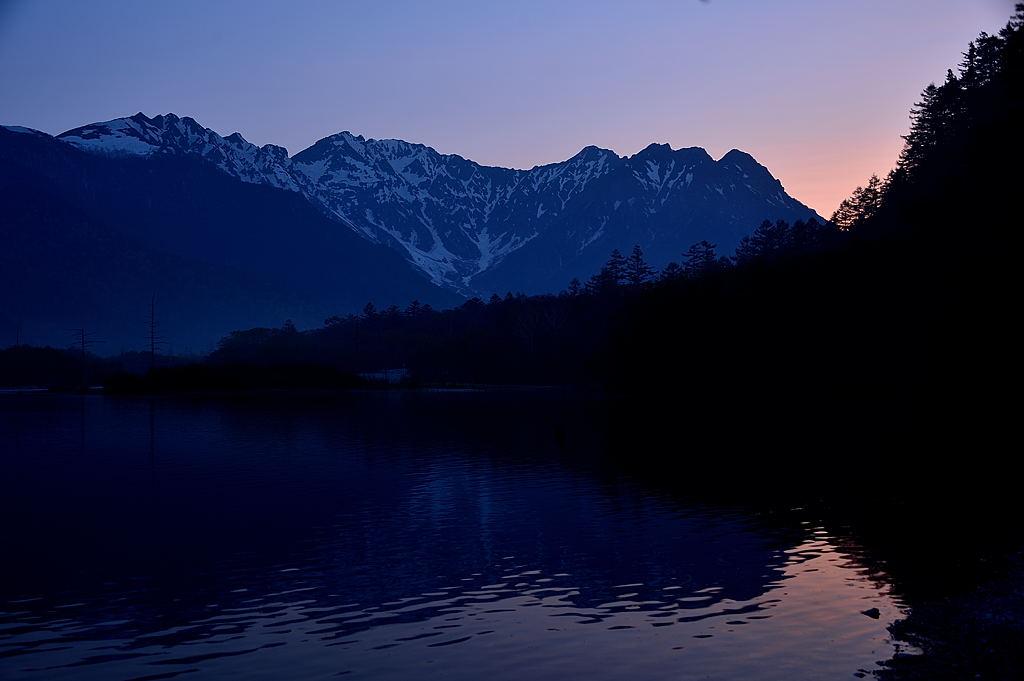 【04:30】明神岳の背後が、赤く焼けています