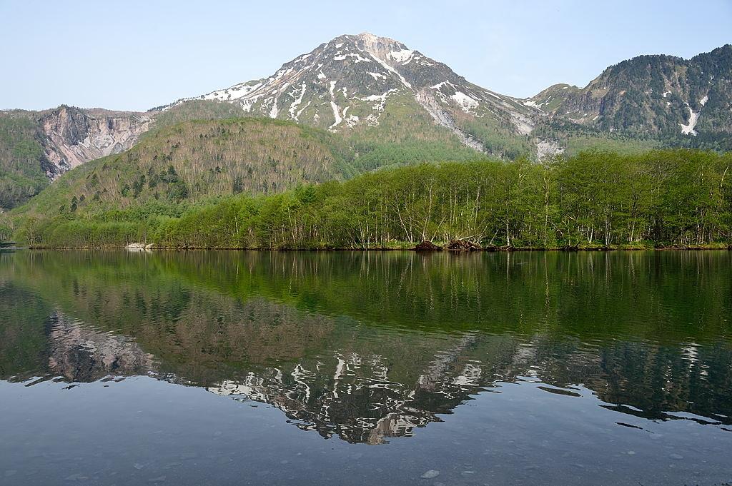 【07:08】焼岳、新緑の林が大正池に映えます
