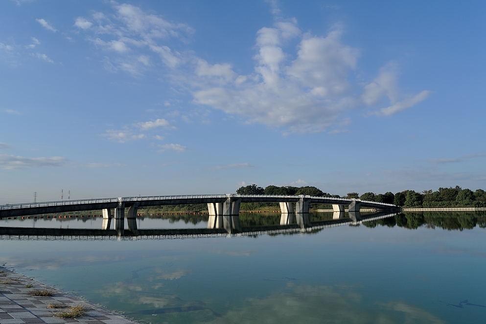 湖面に映る管理橋