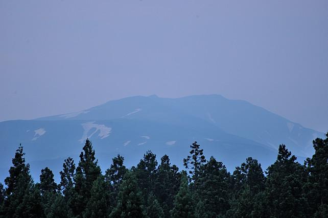 朝の月山(撮影:7月6日4時20分)<