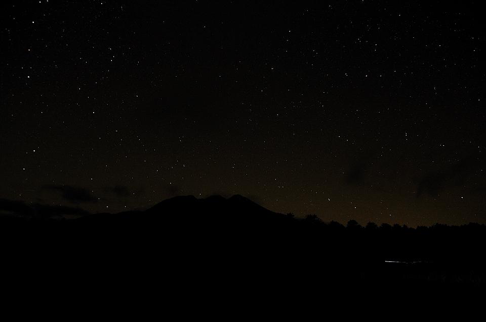 星空をバックに浮かび上がる燧ケ岳