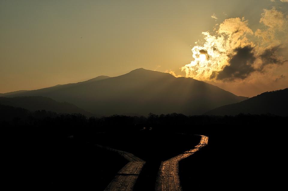 至仏山へ落ちる夕日