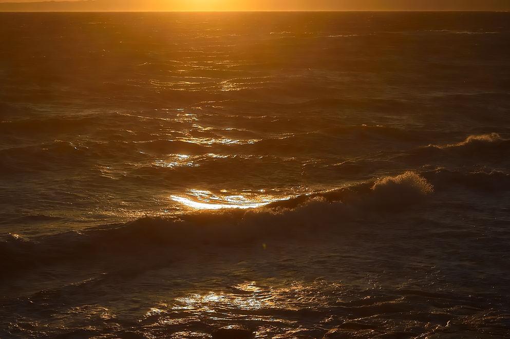 黄金色に染まり始めた海面