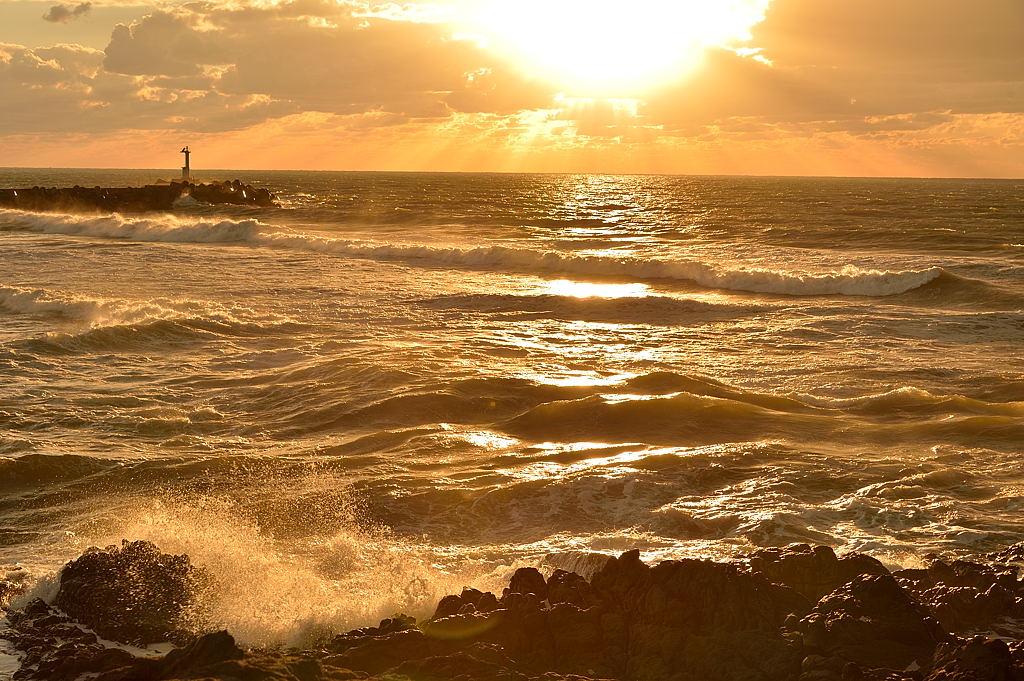 落日に照らされる海面